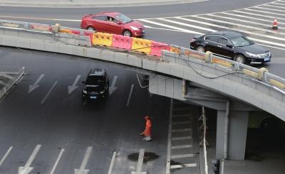路虎车跌落立交桥砸中轿车 司机醉驾涉牌照违法