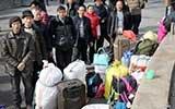 7名民工返乡带上千斤行李 心疼钱全买硬座