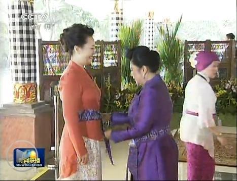 彭丽媛出席APEC领导人配偶活动 穿印尼传统服饰