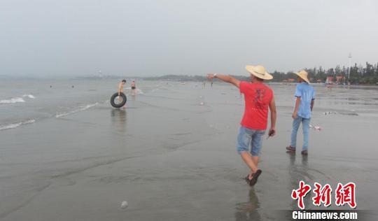 """""""鲸鱼""""将登陆广西沿海 游客紧急撤离涠洲岛"""