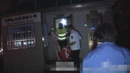 """郑州公厕深夜现""""充气娃娃"""" 路人如厕被吓坏"""