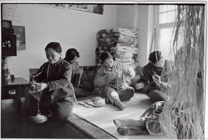 内联升雇用了京郊的农民来制作布鞋的鞋底,图为妇女们正在搓麻绳、纳鞋底。