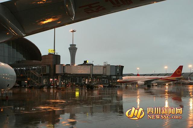 成都机场遭遇雷暴天气 致68个出港航班延误