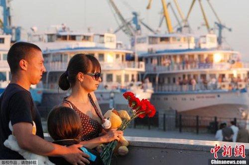 俄全国哀悼沉船遇难者 沉船原因说法不一