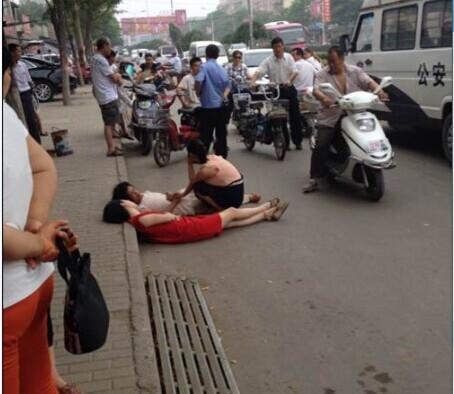 老太太和女子路上起争执 并肩躺地互不相让
