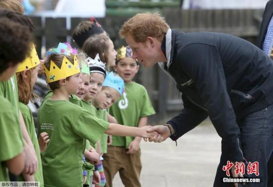 """小学生问如何称呼英女王 哈里王子:叫""""奶奶"""" 小学生问如何称呼英女王 哈里王子:叫""""奶奶"""" 资讯"""