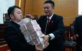 昆明法院发放5亿老赖欠款 壮汉抬钱抬到手酸