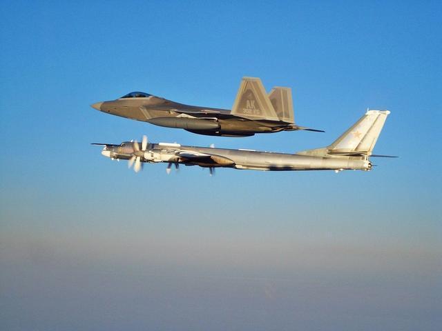 美媒:俄多架战机飞临阿拉斯加 美F-22军机拦截