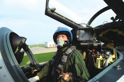 歼-15为突出机型特点 尾钩涂黄黑相间颜色
