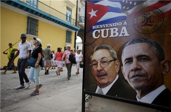 2016年3月17日,古巴首都一家餐馆挂出了画有卡斯特罗与奥巴马头像的巨大彩色条幅。(路透社)