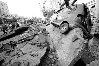 昨日,事故现场,爆炸过后,道路面目全非。图/CFP