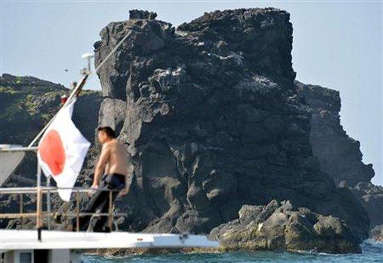 日首相支持跨党派议员登陆钓鱼岛 举行祭祀活动