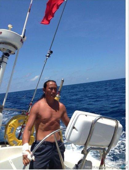 实拍中国航海爱好者驾帆船驶入钓鱼岛海域