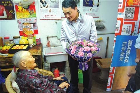 102岁老人眼睛看不见还能做针线 孙子已做爷爷