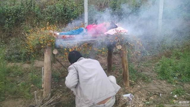 云南6岁女童没钱做手术 其父自学本草纲目火熏治疗