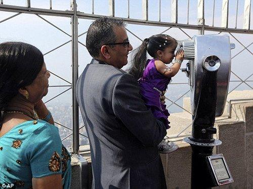 世界最袖珍女孩高0.6米登顶纽约帝国大厦(组图)(4)