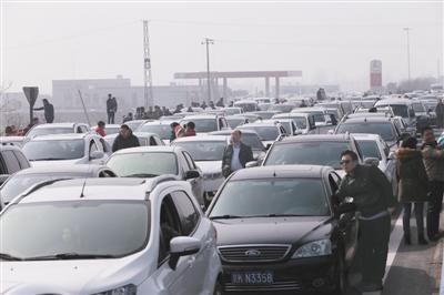 京港澳高速拥堵达10公里 车主被堵3小时