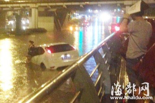 小车被积水淹没 女司机不识水性靠意念游泳逃生