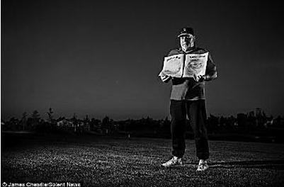 """丹尼斯·霍普手持加州政府颁发的""""月球土地所有权证书"""""""