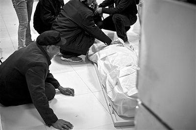 前日,青医附院,遇难者家属痛哭。李隽辉 摄