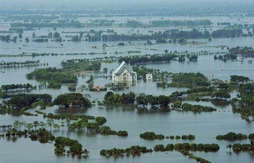 泰国面临几十年来最大规模的洪灾(图)