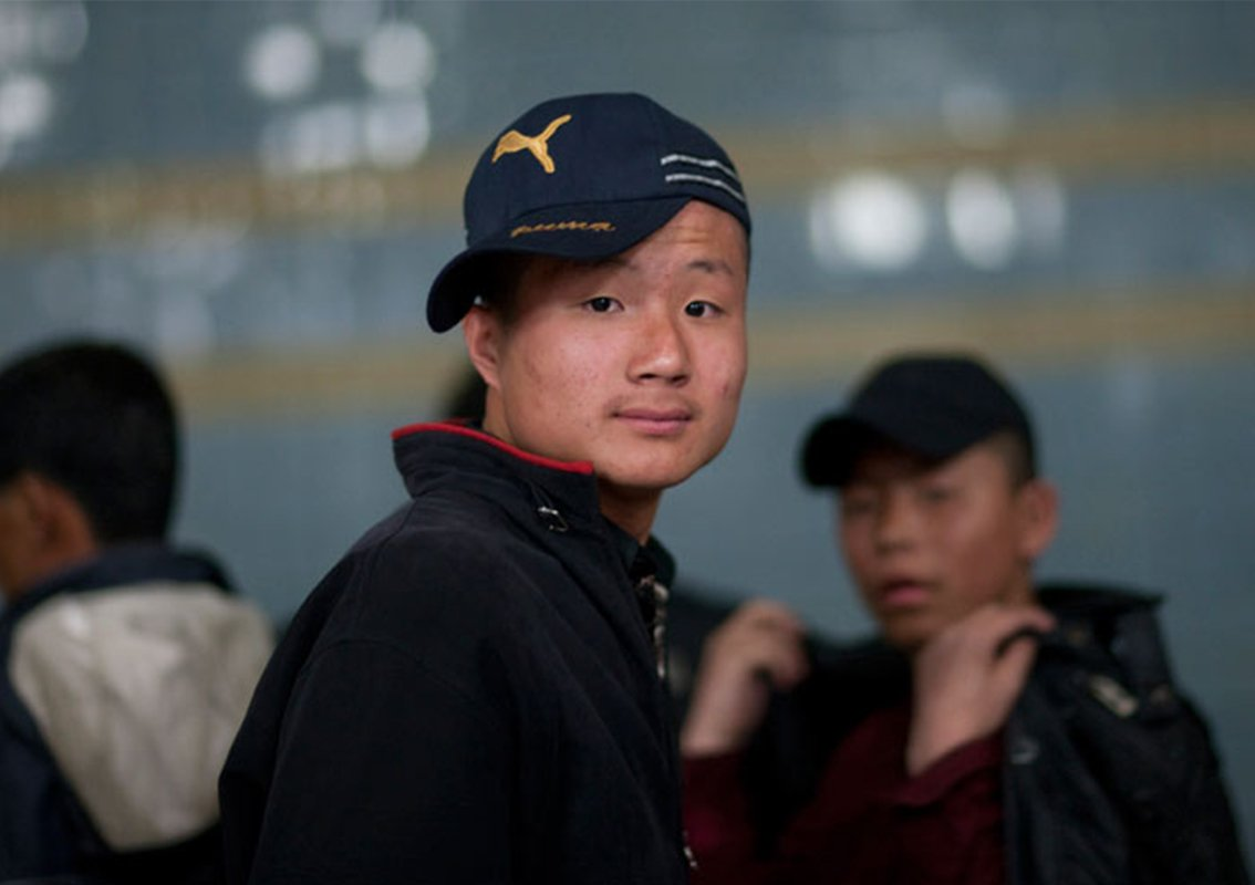 年轻人的着装日益西化,喜欢斜戴棒球帽。