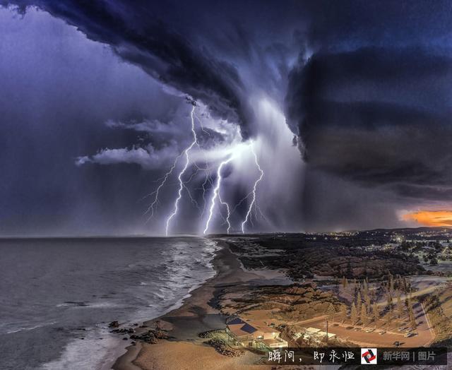 震撼!照片记录闪电与夕阳同辉瞬间【高清组图】