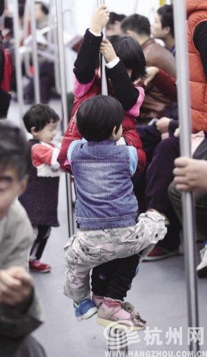 杭州地铁1号线进行免费试乘 小孩在车厢内小便