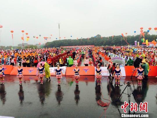 """浙江杭州2万余人""""最大规模排舞""""创吉尼斯纪录"""