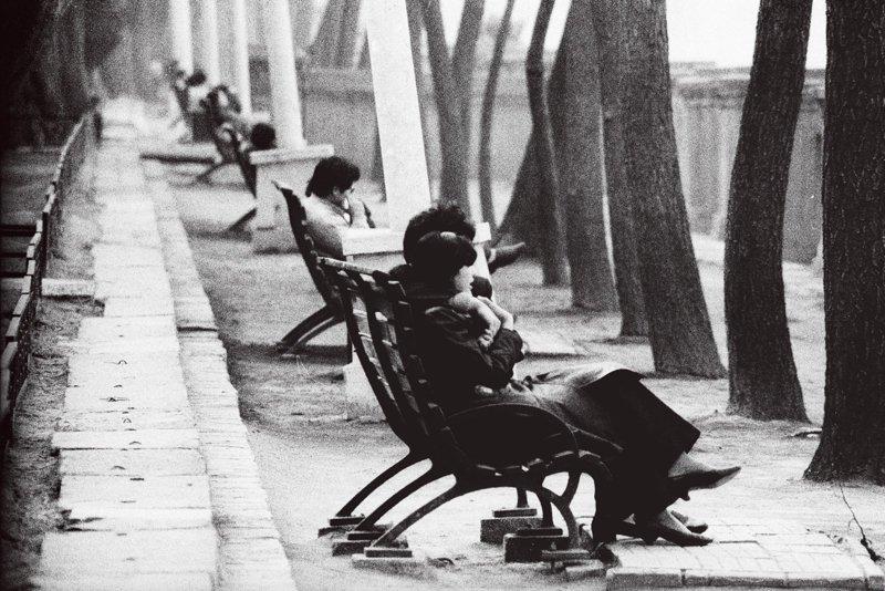 20世纪70年代末期,北京劳动人民文化宫附近,长椅上谈恋爱的年轻人。