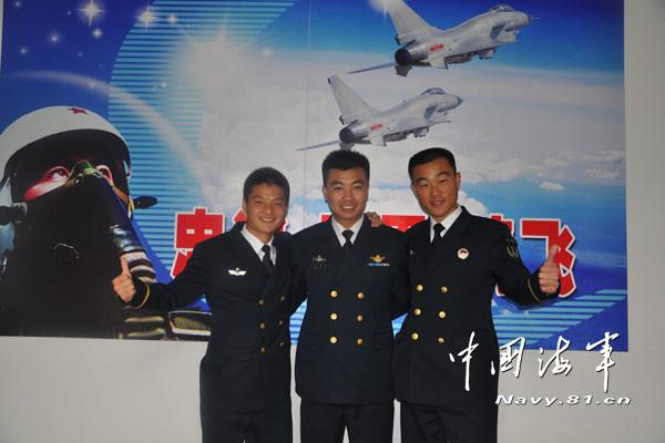 海军两名飞行员为保护人民群众生命财产牺牲(图)