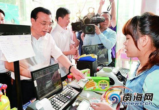 4月11日,李克强总理打破原定行程,走进一家小超市查看并购买海南特产。