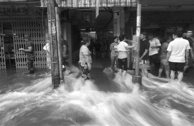 曼谷市中心顶住最凶猛洪峰 美军舰准备施以援手