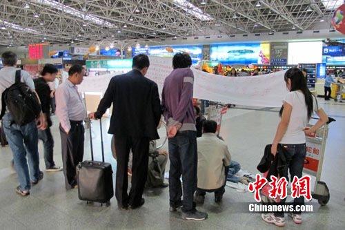 高位截瘫旅客机场登机被拒 候机大厅拉横幅抗议