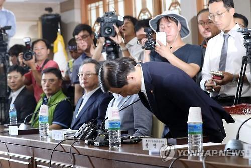 韩国防长访问萨德部署地并道歉 遭民众泼水抗议