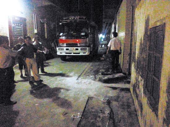 高清图—广州白云区人和镇横沥村一仓库稀硫酸泄露致村民不适