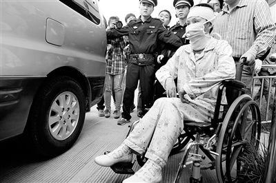昨天庭审后,周岩坐着轮椅从法庭出来准备上车
