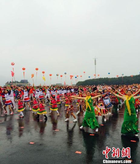 """杭州2万余人""""最大规模排舞"""" 创吉尼斯纪录"""