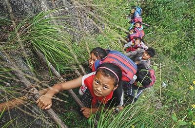 悬崖上的村庄:出入走崖壁爬藤梯 曾摔死多人
