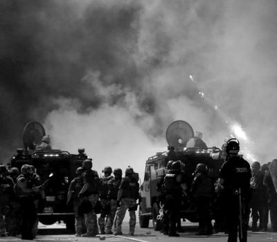 民主的美国出动装甲车驱散黑人青年被枪杀事件示威者