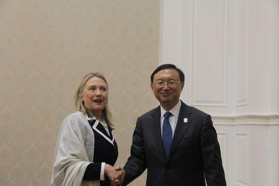 中美在东盟论坛避免严重对立 竞相拉拢东盟