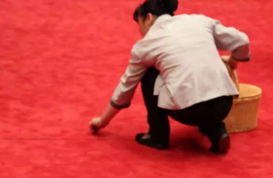 """小孩在G20主会场红毯上""""嘘嘘"""" 家长拦都拦不及"""