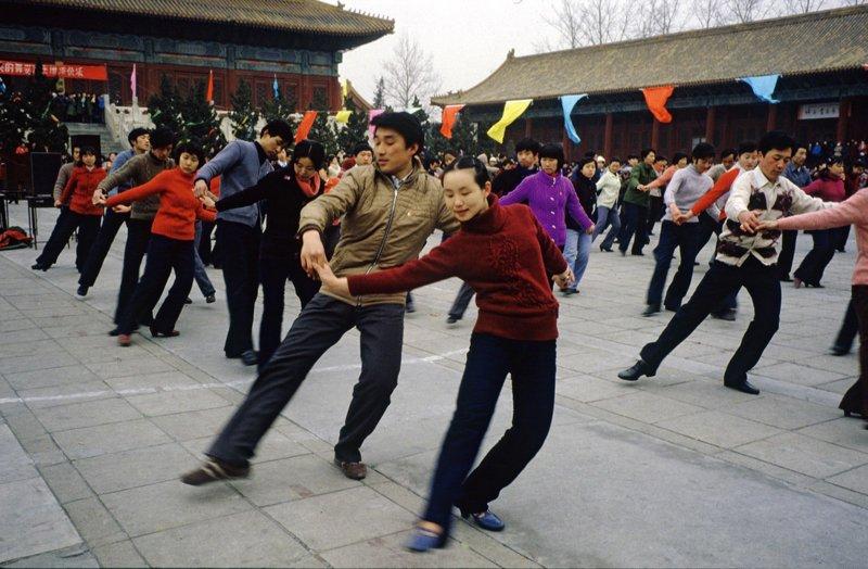 改革开放后,市民们的业余生活丰富起来。图为20世纪80年代初,北京劳动人民文化宫跳集体舞的年轻人。