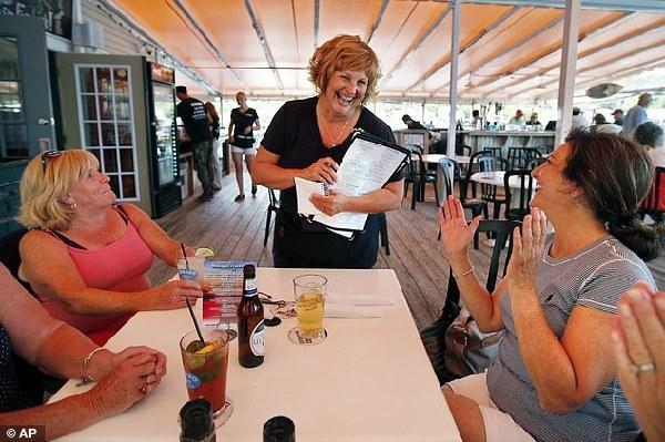 全美最穷州长年薪7万美元 老婆餐厅端盘子养家