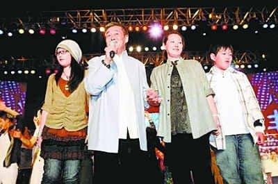 赵本山与家人在一起