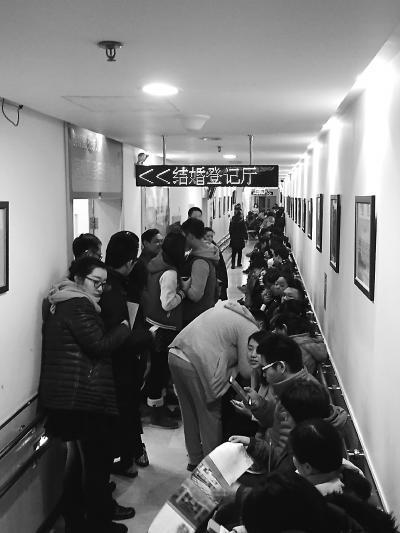 北京迎领证小高峰 今天将有4000余对新人领结婚证