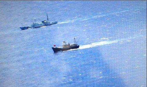 香港保钓行动委员会在社交网站上发布消息称16时30分,保钓人士已经成功登岛。目前,岛上约有40-50名日方防卫人员把守。香港保钓人士将五星红旗插在钓鱼岛上。(人民网 单芳)