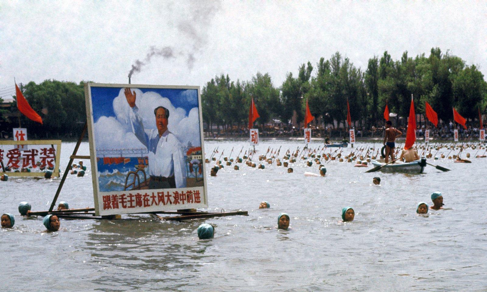 """1970年,在北京什刹海举行的""""纪念毛主席畅游长江四周年""""的游泳活动。"""