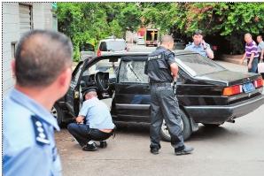 民警驾驶车辆车窗玻璃被砍碎