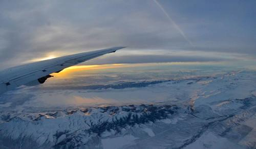 NASA捕捉美国西部美景:金色阳光洒落雪白地面